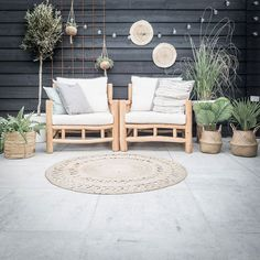 Garden furniture sets are both comfy and trendy. A rustic garden furnishings set, a contemporary set, or any other design make a garden live. Patio Furniture Makeover, Patio Furniture Cushions, Patio Cushions, Outdoor Furniture, Outdoor Decor, Garden Furniture, Patio Fan, Backyard Patio Designs, Outdoor Areas