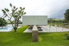 Bild från http://www.homeadore.com/wp-content/uploads/2014/04/02-itatiba-residence-roccovidal-pw.jpg.