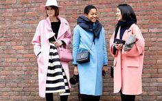 Dem grauen Wetter zum Trotz, tragen wir für den Herbst bunte Mäntel. Wir zeigen euch die schönsten Streetstyle-Looks und tolle Modelle zum Shoppen!