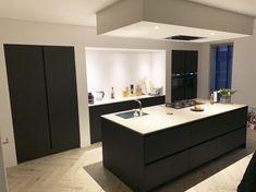 Kitchen Interior, Kitchen Decor, Breakfast Bar Kitchen, Weekend House, Big Kitchen, House Inside, Black Kitchens, Küchen Design, Modern Interior Design