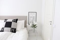 Homevialaura | White bedroom | Kartell Jolly | Hermes Avalon