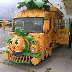 ナゴパイナップルパークの駐車場と受付を往き来してくれる送迎バス。 2両編成の可愛いバスに乗るだけでテンションが上がります(^^) #ナゴパイナップルパーク #送迎バス
