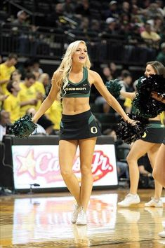 It's pretty simple. Each day we bring our fans a look at cheerleaders from around the country. Up today, the lady Ducks. Oregon Cheerleaders, Hottest Nfl Cheerleaders, Football Cheerleaders, College Cheerleading, College Football Teams, Ncaa College, Cheers Photo, The Sporting Life, Professional Cheerleaders