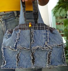 Feita em jeans reciclado e sobras de flanela.