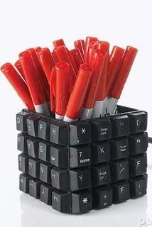 DIY desktop pen holder found on the ECOMANIA BLOG (en español) ... computer keyboard pieces cover a square box ...