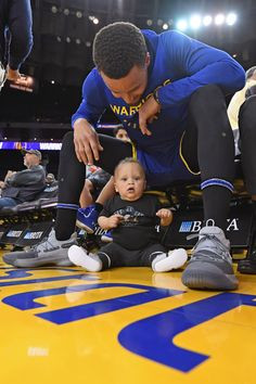 Stephen Curry of the Golden State Warriors and his son, Canon Jack Curry, pose for a photo before the game against the Charlotte Hornets on March 2019 at ORACLE Arena in Oakland, California. Get premium, high resolution news photos at Getty Images Stephen Curry Wallpaper, Stephen Curry Family, The Curry Family, Stephen Curry Basketball, Charlotte Hornets, Nba Players, Basketball Players, Basketball Videos, Basketball Funny