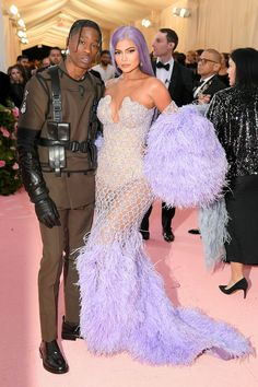 The Jenner girls joined sister Kim Kardashian, brother-in-law Kanye West and mom Kris Jenner at the annual gala Kris Jenner, Kendall Jenner, Travis Scott Kylie Jenner, Trajes Kylie Jenner, Looks Kylie Jenner, Kendall And Kylie, Kylie Jenner Met Gala, Kourtney Kardashian, Estilo Kardashian