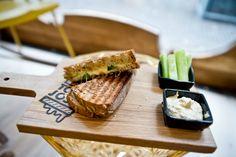 Nieuw in Den Haag is Tosti van Josti, dé plek om te genieten van een bijzonder belegde tosti én waar mensen met een lichamelijke of psychische beperking aan het werk kunnen. Tosti van Josti is een initiatief van Sam Holtus en Jasper kool, twee jonge ondernemers met een passie voor de horeca én tosti's. Zoals ze […]