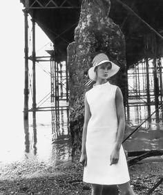 Jean Shrimpton in simple white linen dress by Susan Small, hat by Simone Mirman, photo by Vernier under the Brighton Pier, Vogue UK, July 1966 Jean Shrimpton, David Downton, Fashion Mag, White Fashion, Fashion Ideas, Monochrome Fashion, Emilio Pucci, Vintage Vogue, Vintage Fashion