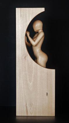 Por la ventana es una hermosa mujer desnuda artísticamente estilizada escultura 100% hechos a mano de una pieza sólida de tilo. La escultura tiene la cálida textura aterciopelada orgánica. Es uno de los tipos. Tamaño aprox.: 16 x 6 x 3.5 . Barniz: claro semi-gloss. No manchado