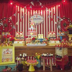 Decor linda no Tema Circo! #Repost @quintaldecontos ・・・ Festinha de ontem!! Circo lindo para meninas!! ❤️❤️❤#festasdofimdesemananoquintal  #detalhesdoquintal #muitoamorenvolvidor #kidsparties #decor #partydecor #festainfantil #festa #maedemenino #festademenino #kidsparty #festacirco #circusparty