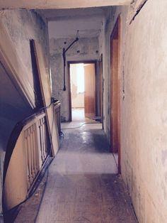 Gang nach Raufasertapetenentfernung! Hier kommen alte Wandbemalungen zum Vorschein