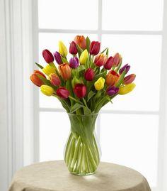 Tulipanes en jarrón de cristal