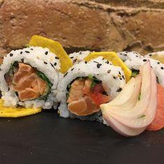 Presentamos el nuevo maki de la semana Chilean Ceviche  Un Uramaki de ceviche de salmón con tomate cilantro cebolla de Figueres y chips de plátano  macho! A qué esperais??