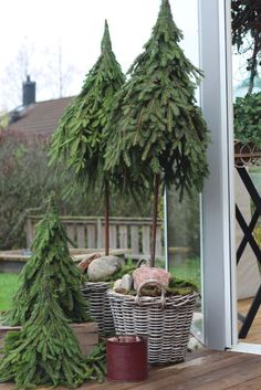 Christmas Greenery, Christmas Porch, Outdoor Christmas Decorations, Rustic Christmas, Xmas Tree, Christmas Holidays, Christmas Wreaths, Natural Christmas, Simple Christmas