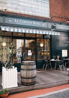 The culinary institute Le Cordon Blue has found its place right here in the Daikanyama neighborhood. Culinary Paris meets design haven Tokyo? That's as good as it gets. While students are busy learning the craft of cooking, the guests can enjoy some pastries on the little outside terrace.