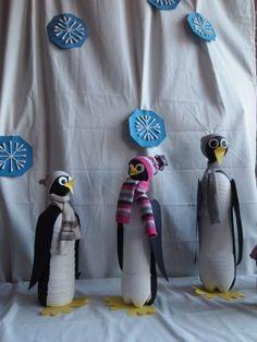 Ik heb hier lege frisdrankflessen gebruikt daarop oude plastic kerstballen geplakt en het geheel geverfd. Van poten, vleugels, snavel en ogen voorzien. De muts en sjaaltjes zijn oude sokjes van de kinderen. De sneeuwvlokken op de achtergrond zijn van wattenstaafjes gemaakt.