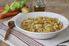 Pochi e semplici ingredienti creano un primo piatto veramente speciale: la Pasta e patate alla napoletana, cremosa e squisita