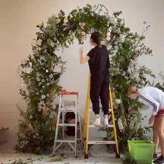 Diy Wedding Arch Flowers, Diy Wedding Decorations, Flower Bouquet Wedding, Floral Wedding, Floral Arch, Arte Floral, Flower Arrangement Designs, Flower Installation, Wedding Stage