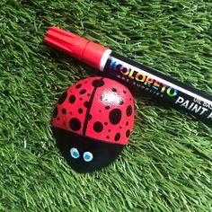 We love painting on rocks, and our colorful ladybug rocks are a great craft for adults and kids! This painted rock idea is great for the garden or you can nestle them inside house plants. Our ladybug rocks make great paperweights too! Painted Rock Animals, Painted Rocks Craft, Hand Painted Rocks, Rock Painting Patterns, Rock Painting Ideas Easy, Rock Painting Designs, Stone Art Painting, Pebble Painting, Pebble Art
