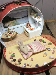 Pin by Jeannette Antaurco on Accesorios para muñecas Mouse Crafts, Doll Crafts, Fun Crafts, Holiday Crafts, Miniature Crafts, Miniature Dolls, Miniature Houses, Doll Furniture, Dollhouse Furniture