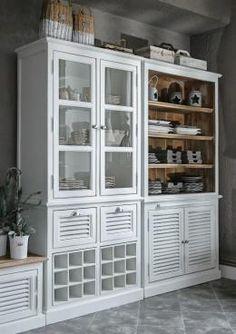 Biała tradycyjna witryna i kredens drewniany