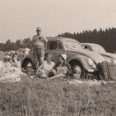 Opa und seine Girls am Badesee… Luftmatratze, Transistorradio und der Volkswagen sind natürlich mit dabei.  Familienarchiv