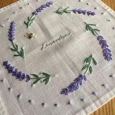 ラベンダーガーデンのモチーフクロス  9モチーフをレースで繋げて完成✨  これからの季節にぴったりな作品  ラベンダーの色は刺しながら癒されるので好きです  #青木和子  #刺繍  #ホビーラホビーレ
