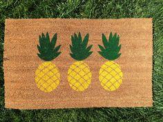 Paillasson d'ananas de fouet. Peint à la main, tapis extérieur personnalisable couleurs vives accueille vos invités.