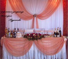 Оформление зала для свадьбы в персиковом цвете: задник, президиум, флористическая композиция. #свадьбы #оформление #зал#прокат #декор #задник #президиум #soprunstudio