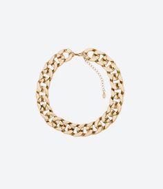 Collar dorado de cadena