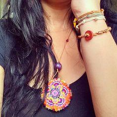 Artesanatos Fuxicultura. Colar de feltro flores, bordado a mão. Pulseiras, botões e macrame. Acessórios, bijuterias, biju, bijoux, feito a mão, eu que fiz.
