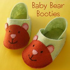 Make some sweet baby booties for some sweet baby feet! The pattern is free and it's all hand-sewn - no machine needed! Pattern has links to video tutorials teaching you everything you need to know. Felt Booties, Felt Baby Shoes, Felt Patterns, Baby Patterns, Sewing For Kids, Baby Sewing, Handgemachtes Baby, Diy Baby, Baby Shoes Pattern