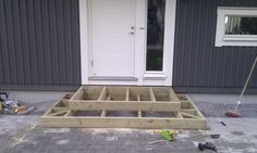 entre trappa hus - Google Search Deck Steps, Outdoor Steps, Porch Steps, Small Courtyard Gardens, Small Courtyards, Back Patio, Backyard Patio, Pallet Tree Houses, Outside Steps