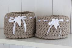 Beigen ja valkoisen liitto, se vaan on niin ihanan maalaisromanttista : ) . Knit Basket, Crochet Baskets, Crochet Bowl, Fabric Boxes, Crochet Dishcloths, Crochet Fashion, Handicraft, Needle Felting, Crochet Patterns