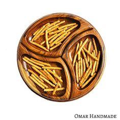 Nový dizajn našej obľúbenej drevenej kruhovej tácky, ktorá je využiteľná aj samostatne ako podnos a zároveň obsahuje tri vyberateľné misky v tvare krídla. Výborne sa hodí na servírovanie orieškov, drobného ovocia či iných dobrôt.