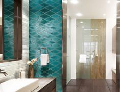 Rhomben in kostbaren blaugrünen Glasuren fürs Bad Bad, Bathroom Lighting, Tiles, Mirror, Furniture, Home Decor, Blue Green, Bathroom Light Fittings, Room Tiles