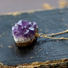Amethyst Raw Crystal Necklace in Gold Geode Jewelry, Raw Crystal Necklace, Jewelry Art, Vintage Jewelry, Jewelry Accessories, Jewelry Necklaces, Unique Jewelry, Diy Jewellery, Amethyst Necklace