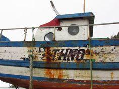 Barco oxidado, en la playa