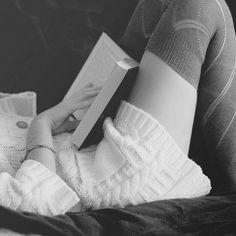 Moment de douceur avec des chaussettes douces, un gros pull doudou & un livre à paillettes