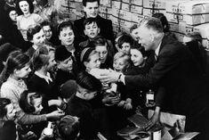 Überlebensmittel: Dieser Mann verteilte 1947 Nahrungskonserven an Kinder in Berlin. Besonders schlimm war die Ernährungskrise in den Großstädten sowie in der sowjetischen und französischen Zone. Eine Wende brachten die die Währungsreform im Juni 1948 sowie der im April 1948 verabschiedete Marshallplan. World War, Wwii, Winter, History, Post War Era, Past, Interesting Facts, Death, Life