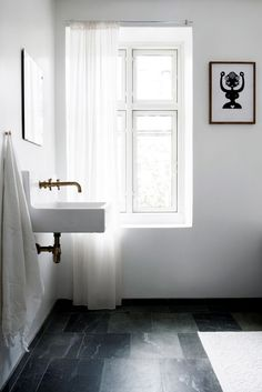 "Här, i ett gammalt""byggeforeningshus"" på Vesterbro i Köpenhamn, bor Mette Bonavent, stylist och grafisk designer och innehavare avMette Bonavent Design studiosamt webshoppen Oh So Fine...."