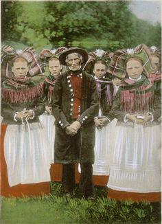Hacheur de choucroute et jeunes filles de Bitschhoffen en costumes traditionnels alsaciens – 1903 – Société du Musée Alsacien