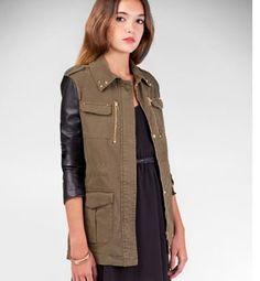 Moda militar, chaqueta con mangas de cuero de Stradivarius
