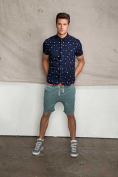 Den Look kaufen:  https://lookastic.de/herrenmode/wie-kombinieren/kurzarmhemd-dunkelblaues-t-shirt-mit-rundhalsausschnitt-orange-shorts-dunkeltuerkise-hohe-sneakers-graue/10409  — Dunkelblaues bedrucktes Kurzarmhemd  — Orange T-Shirt mit Rundhalsausschnitt  — Dunkeltürkise Shorts  — Graue Hohe Sneakers