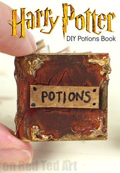 A fun and easy DIY Harry Potter Potions Notebook for Harry Potter fans. If you ADORE DIY Harry Potter Crafts, check out these great little Potions & Spells Harry Potter Dolls, Harry Potter Potions, Harry Potter Diy, Paper Crafts For Kids, Easy Crafts For Kids, Diy Paper, Kid Crafts, Potions For Kids, Harry Potter Christmas Ornaments