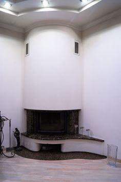 Угловой мраморный камин с эркерной топкой Invicta 700 Prismatique