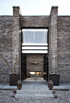 Økohus i Danmark med inspirasjon fra Sør-Afrika www. Residential Architecture, Architecture Design, Exterior Design, Interior And Exterior, Style Ethnique, Construction, Elements Of Design, Beautiful Buildings, Modern Rustic