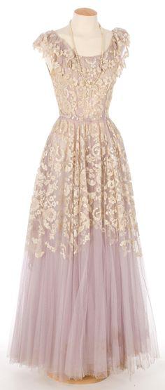 Violet tulle gown, Santaeulalia (Barcelona), 1940-1949. Centre de Documentació i Museu Tèxtil. #1940s #fashion #dress #vintage