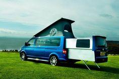 Der Doubleback Van baut auf dem VW T5 Transporter auf und enthält eine Wohnzelle, die sich elektrisch ausfahren lässt